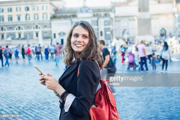 Lachende vrouw in een stadsplein
