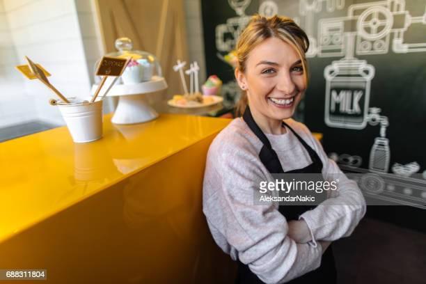 Lächelnde Frau in ihrer Konditorei