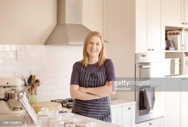Mulher sorridente em sua cozinha