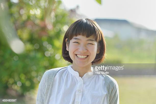 smiling woman in the green - alleen vrouwen stockfoto's en -beelden