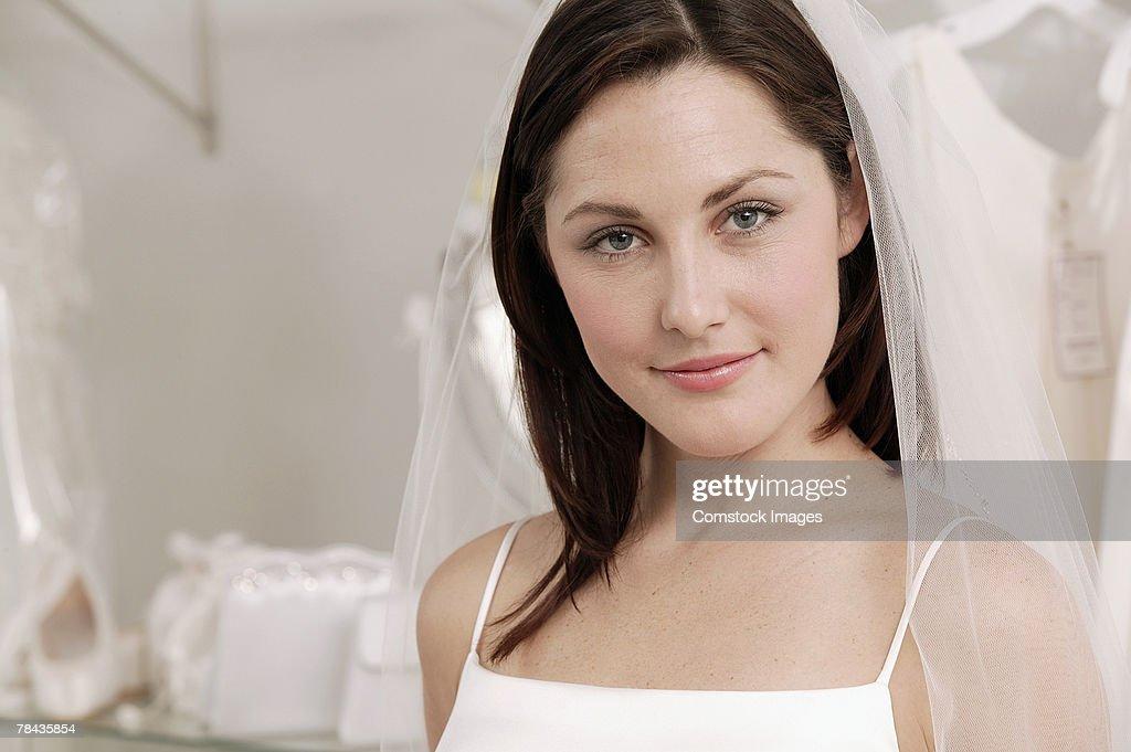 Smiling woman in wedding dress : Stockfoto