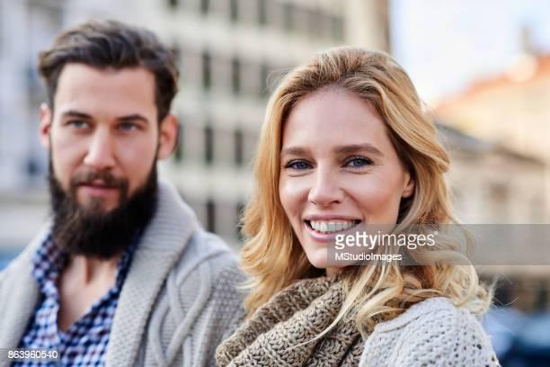 Femme souriante Regardant l'objectif