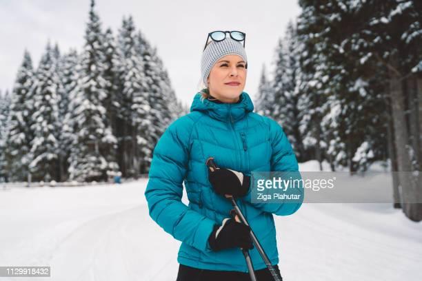 Lächelnde Frau Skilanglauf in Pokljuka, Slowenien