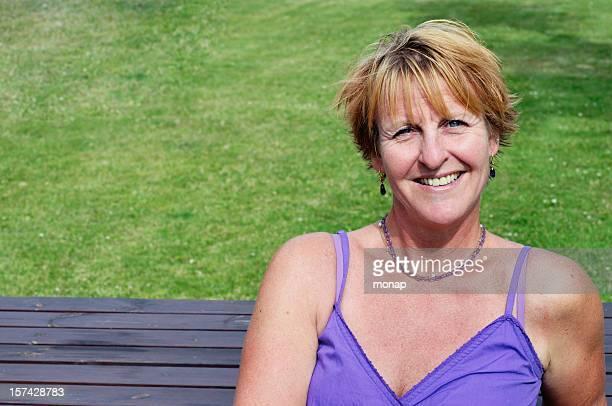 Femme souriante sur un banc de musculation