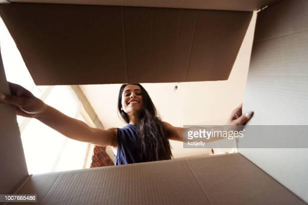 mulher sorridente abrindo uma caixa caixa - women wearing see through clothing - fotografias e filmes do acervo