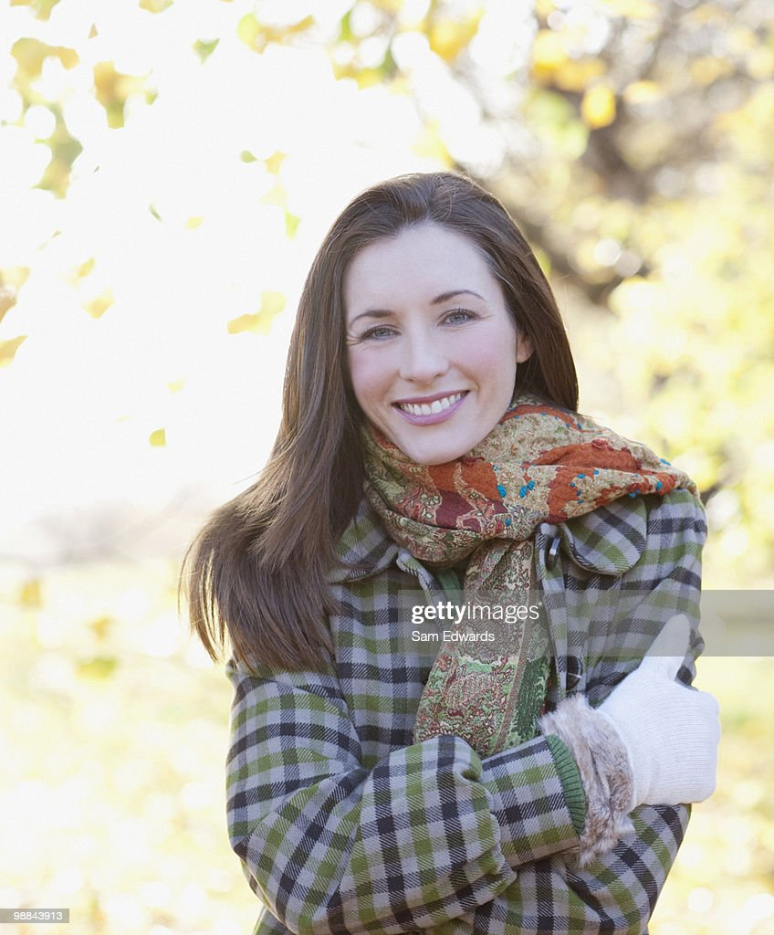 Lächelnde Frau im Freien im Herbst : Stock-Foto