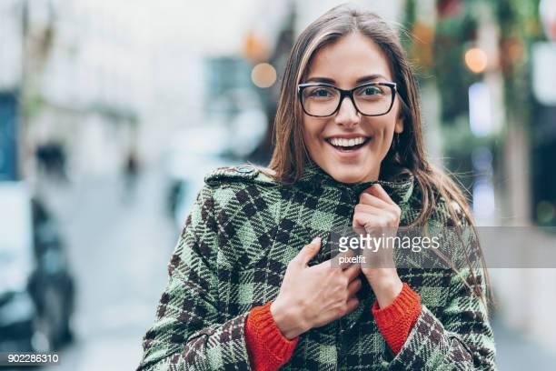mulher sorridente lá fora no frio - roupa quente - fotografias e filmes do acervo