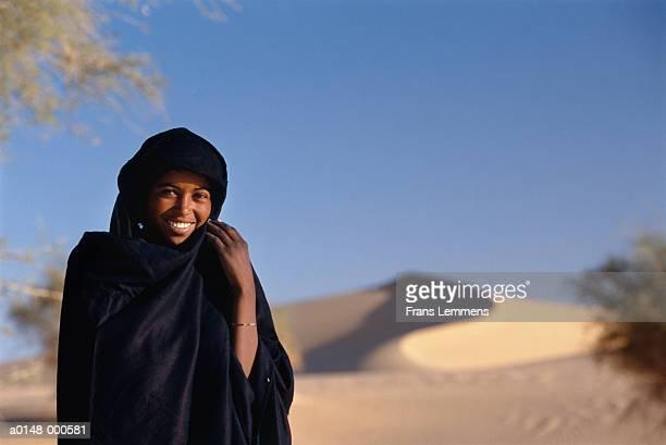 smiling woman - femme touareg photos et images de collection