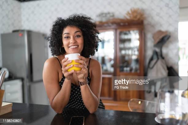 retrato de sorriso da mulher em casa - coffee - fotografias e filmes do acervo