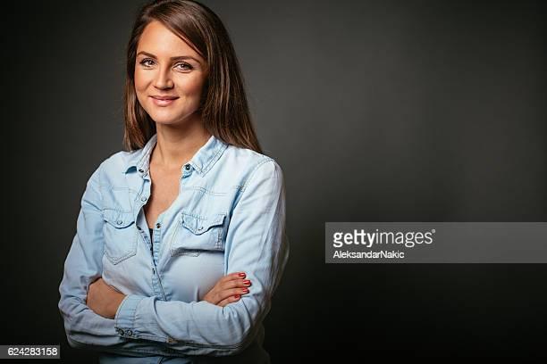 retrato de mujer sonriendo  - fondo negro fotografías e imágenes de stock