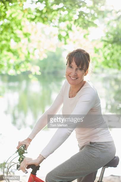 Femme souriante, assis sur le vélo
