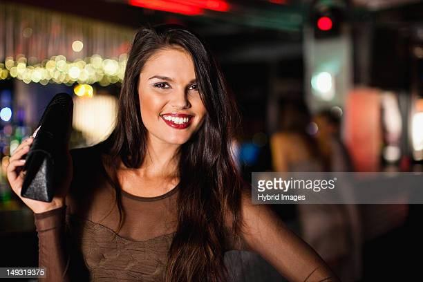 Souriant femme debout au bar