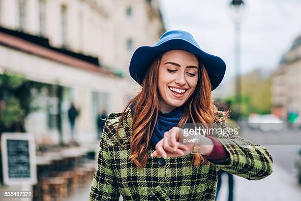 Souriant Femme marchant dans Paris