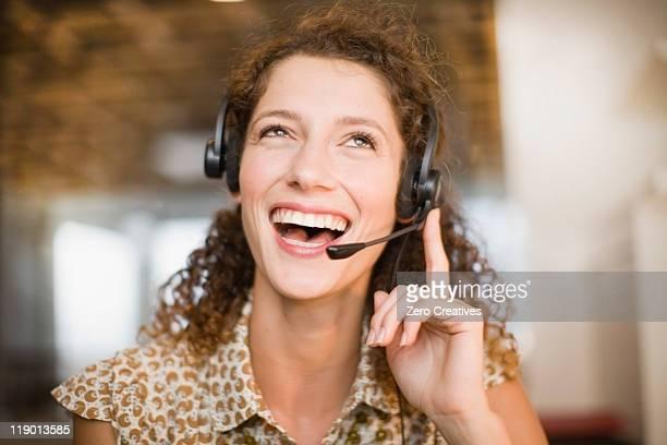 Mujer sonriente usando auriculares