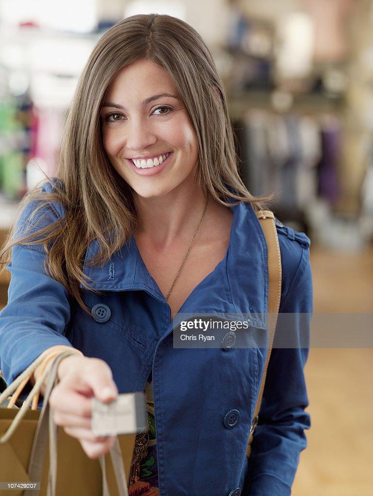 笑顔の女性、ショッピングバッグクレジットカード処理 : ストックフォト