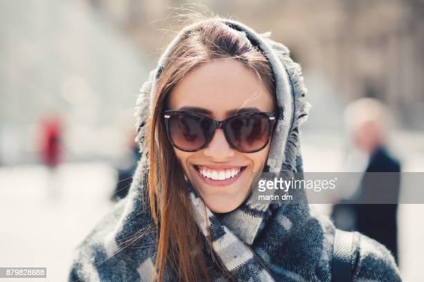 lächelnde frau porträt - sonnenbrille stock-fotos und bilder