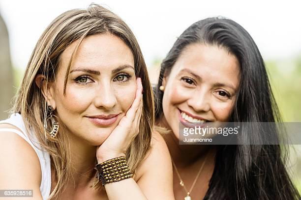 Lächelnde Frauen posieren zusammen