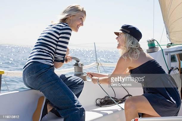Souriant femmes sur un bateau à voile