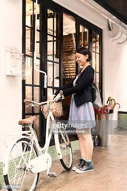 若いアジアの女性、自転車