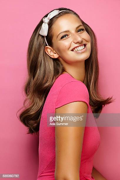 smiling young brunette with long brown wavy hair - mujer pija fotografías e imágenes de stock