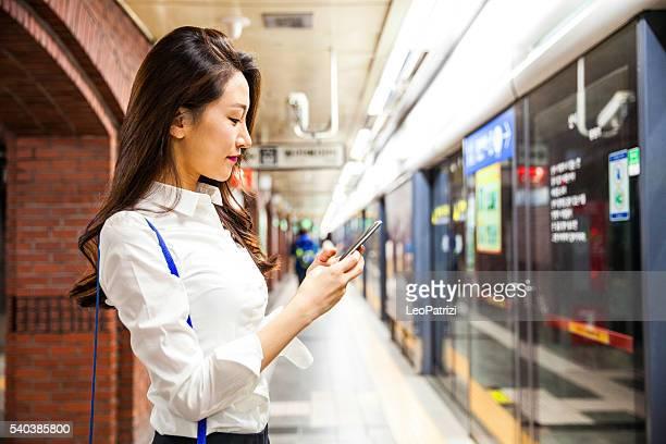 笑顔の若い女性実業家 suwbay