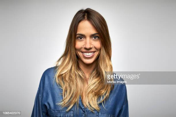 smiling young businesswoman with long blond hair - latino americano - fotografias e filmes do acervo