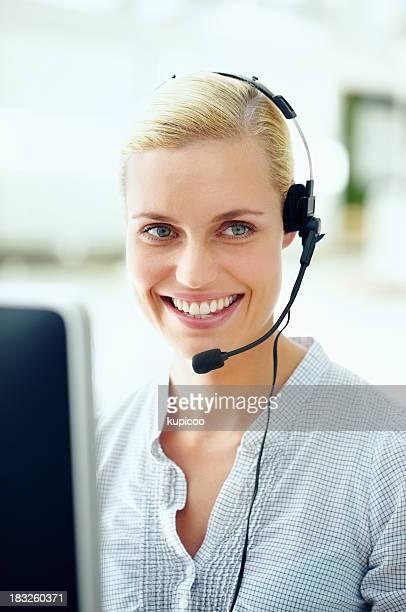 Sonriente joven con auriculares usando Centro ejecutivo