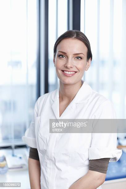 lächelnde junge zahnarzt - arzthelferin stock-fotos und bilder