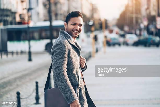 Sourire de jeune homme, regardant en arrière