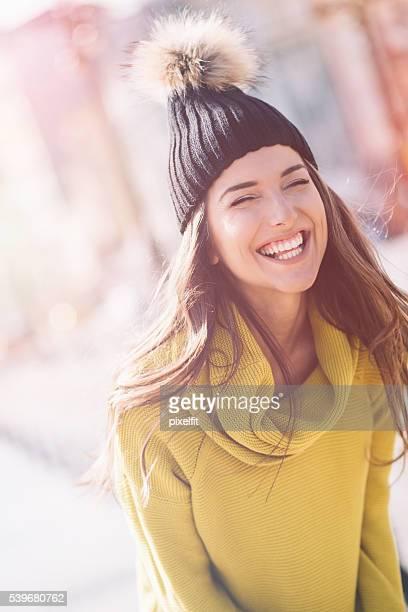 Souriante jeune femme dans la lumière du soleil
