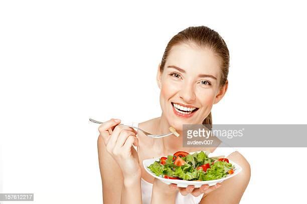 Sonriente Joven mujer ensalada de los hábitos alimenticios
