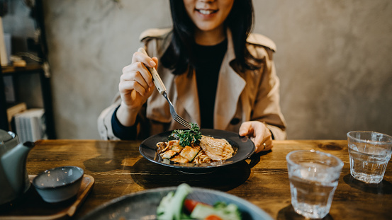 Smiling young woman enjoying dinner date with friends in a restaurant - gettyimageskorea