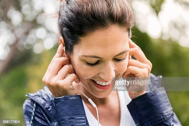 笑っている若い女性音楽をお楽しみいただける屋外
