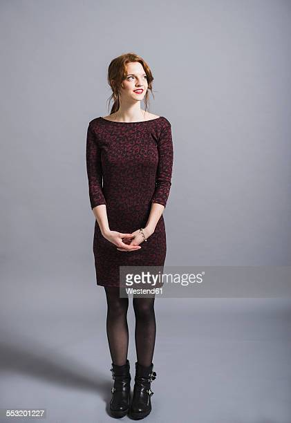 smiling young woman in dress looking up - cadrage en pied photos et images de collection