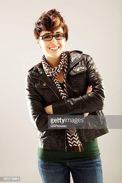 Souriante jeune femme en veste en cuir