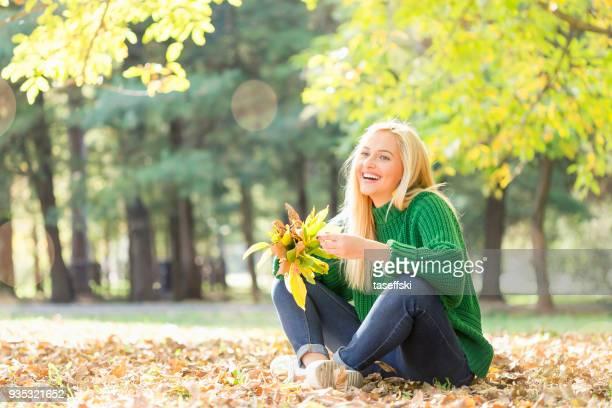 souriante jeune femme à l'extérieur - printemps humour photos et images de collection