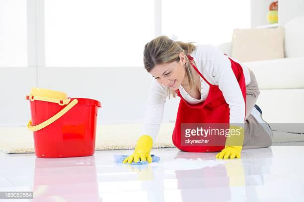 笑顔の若い女性の洗浄階におくつろぎいただけます。
