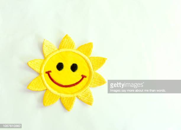 a smilling face of the sun. a sign, a children's sign. over a white background. - goed nieuws stockfoto's en -beelden
