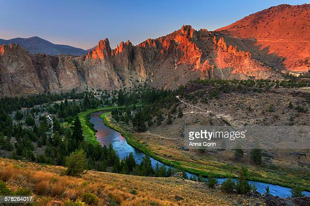 smith rock sunset from misery ridge trail, oregon - smith rock state park stock pictures, royalty-free photos & images