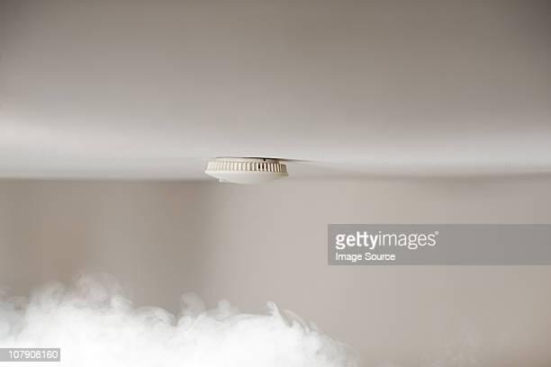Le détecteur de fumée au plafond avec fumée