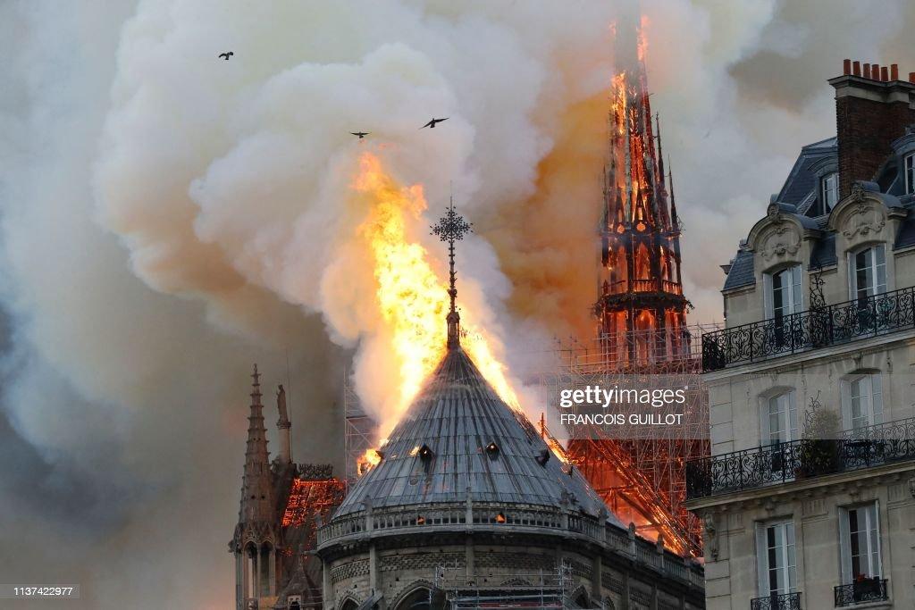 TOPSHOT-FRANCE-FIRE-NOTRE DAME : News Photo