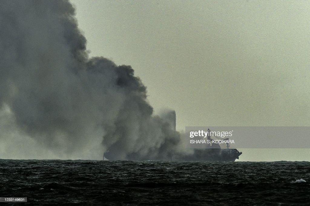 TOPSHOT-SRI LANKA-SINGAPORE-MARITIME-TRANSPORT-FIRE-POLLUTION : Foto di attualità