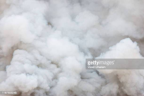 smoke caused by explosions - fumo materia foto e immagini stock