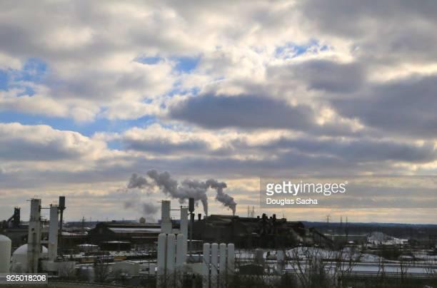 smoke emitting from industrial smoke stacks - kapitalismus stock-fotos und bilder