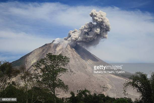 smoke emitting from mount sinabung against sky - stratovolcano stock photos and pictures