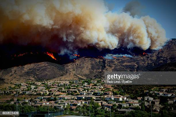 smoke emitting from mountains during wildfire - california wildfire stock pictures, royalty-free photos & images
