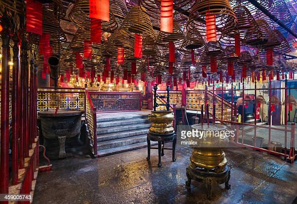 smoke filled interior of man mo temple in hong kong - man motempel stockfoto's en -beelden