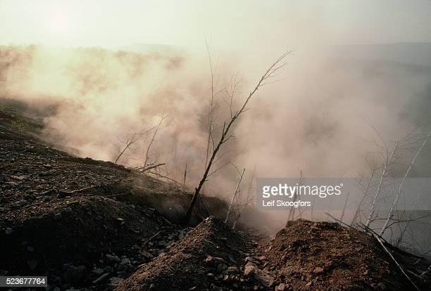 smoke from underground fire in town - centralia pennsylvania foto e immagini stock