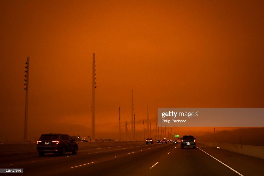 Wildfires Envelop San Francisco Bay Area In Dark Orange Haze : News Photo