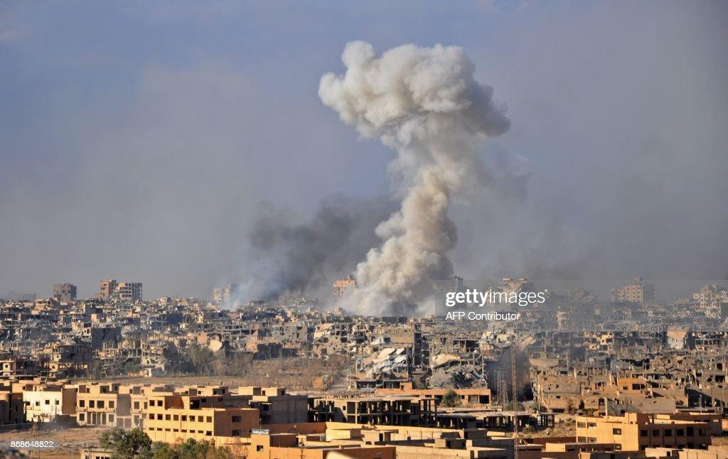 TOPSHOT-SYRIA-CONFLICT-DEIR EZZOR : News Photo